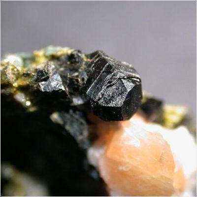 фотография минерала Алланит-(La)