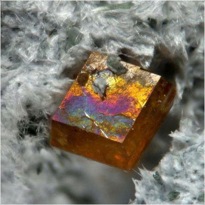фотография минерала Джоакинит-(Ce)