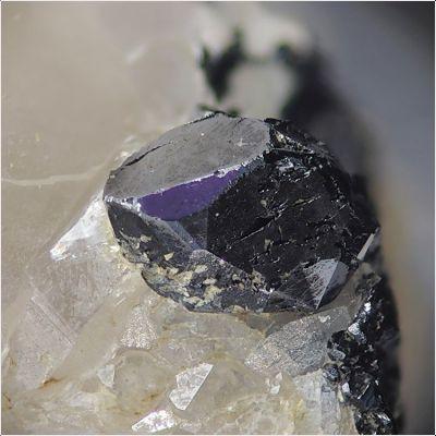 фотография минерала Давидит-(La)