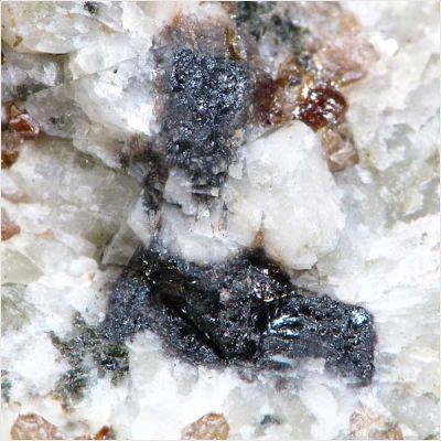 фотография минерала Перрьерит-(La)