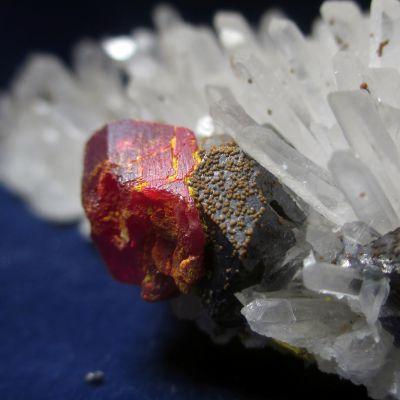 фотография Аурипигмент (Вар. Анаурпигмент - сферолиты), реальгар, галенит, кварц