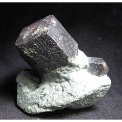 фотография Хорошообразованный кристалл Альмандина на породе