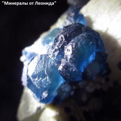 фотография Кристаллы флюорита на породе