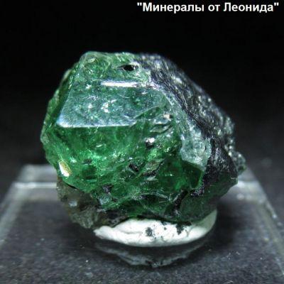 фотография Просвечивающий кристалл цаворита