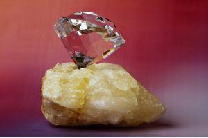 На кимберлите Мотаэ добыт крупный белый алмаз