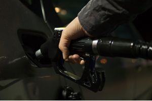 Цены на бензин и дизтопливо упали в России впервые за год